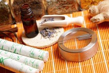 Moxarolle, Akupunkturnadeln und chinesische Kräuter